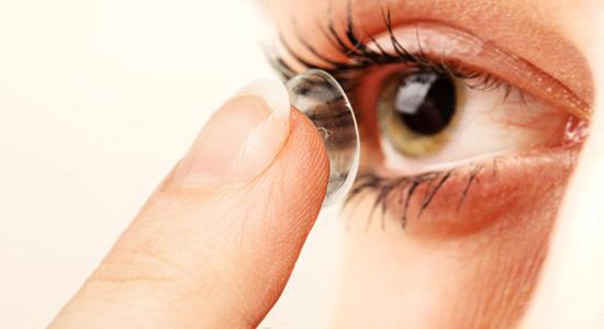 Para evitar a ceratite, é preciso realizar a correta higienização das lentes de contato.